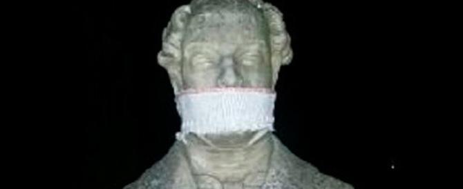 Scuola, blitz degli studenti contro il ddl: imbavagliate le statue di Roma