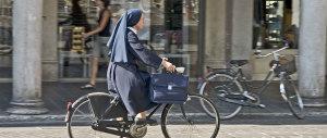 Rom le ruba la bicicletta: suora lo insegue e lo fa arrestare