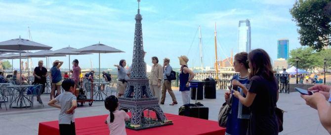 """Una Torre Eiffel alta due metri fatta dall'artista che """"crea"""" con i Lego"""