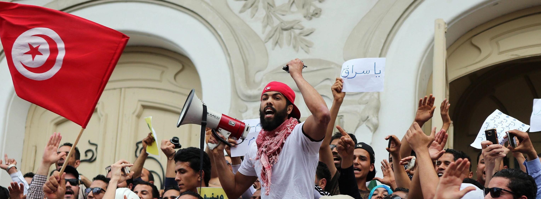 Una protesta di piazza a Tunisi