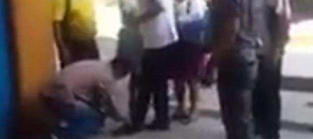 Il marxista Morales ordina alla guardia del corpo: allacciami la scarpa (Video)