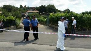 Carabinieri all'esterno della villa in contrada Crocefisso di Biancavilla a Catania. Il  proprietario è stato ucciso nel corso di una rapina