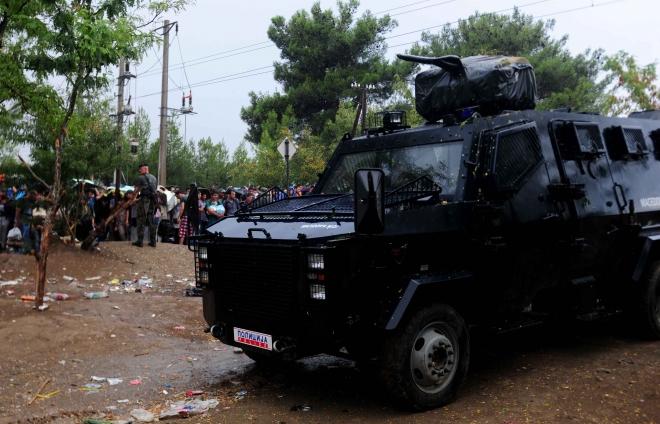 Lacrimogeni contro gli immigrati: la Macedonia usa le maniere forti (video)