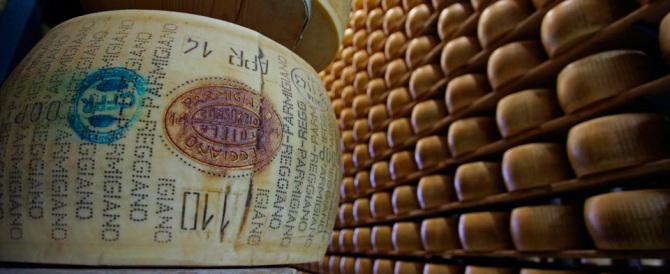La rivolta dei formaggiai del Parmigiano: «Basta, così ci strozzate»