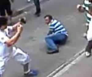 Il turista è un pugile, la lite con il negoziante finisce malissimo (video)