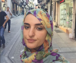 Arisa ora indossa il velo islamico: ecco tutti i suoi look più strani