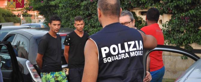 Arrestano 5 spacciatori in spiaggia: i poliziotti erano in costume e infradito