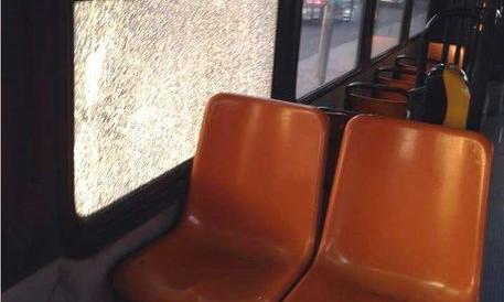 Scampia, violenze e sassi contro gli autobus. Autisti scortati dai carabinieri