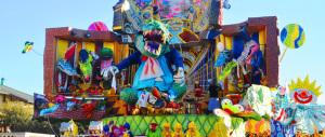 Carnevale choc, a Follonica durante la sfilata si ribalta un carro: 3 feriti