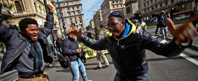 Milano, dopo il blitz anti-clandestini della polizia è l'ora delle polemiche