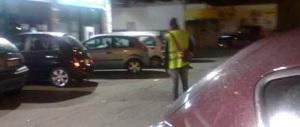 «Dammi 10 euro»: il giovane dice no, il parcheggiatore abusivo lo aggredisce