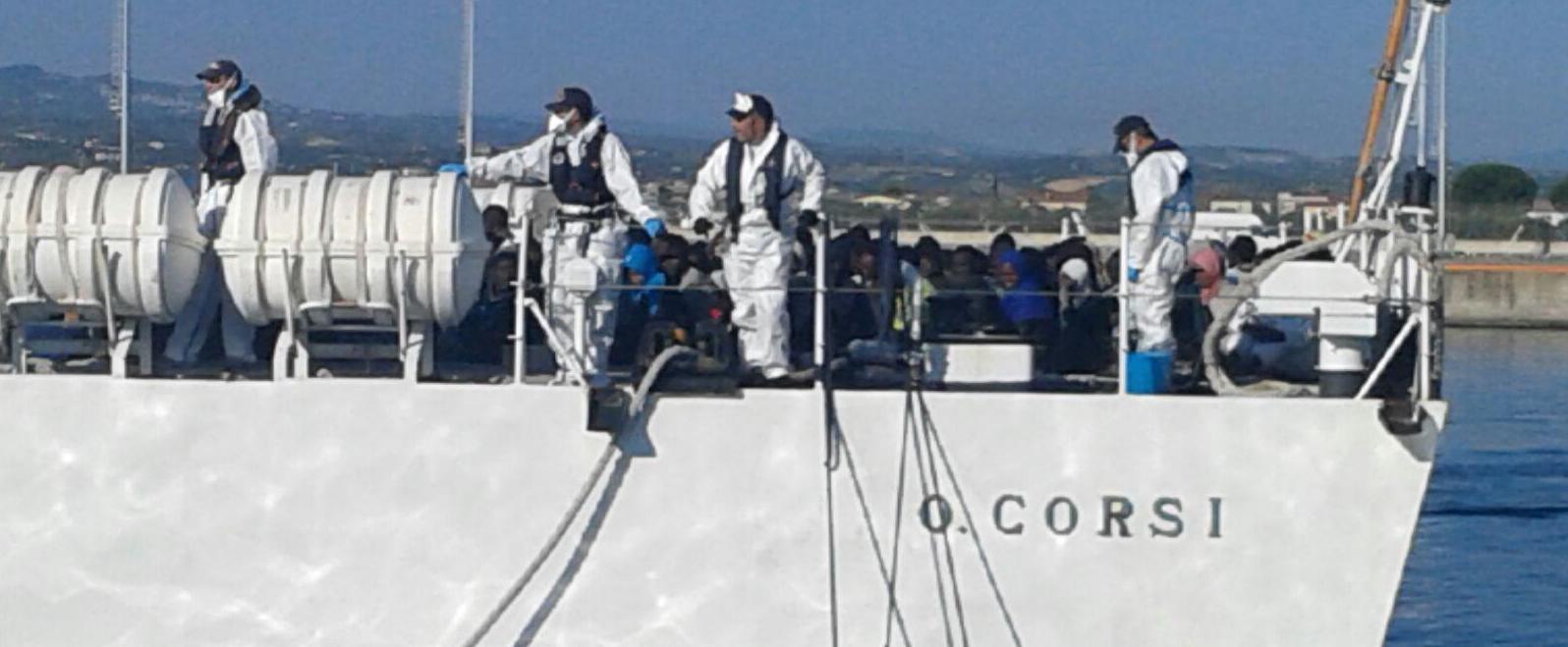 La nave coi clandestini attracca a Corigliano