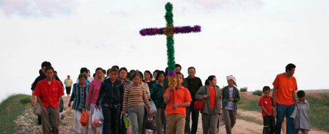 Cina, arrestati sette cristiani: si sono rifiutati di rimuovere la Croce