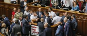 Kiev, scontri davanti al Parlamento: un morto e un centinaio di poliziotti feriti