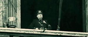 Il degrado di Roma: sotto il balcone di Mussolini le transenne con i panni stesi