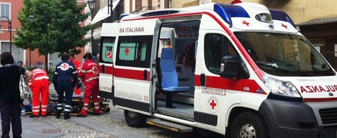 Ruba i soldi all'anziana che stava soccorrendo con l'ambulanza: preso
