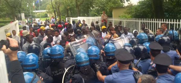 Centinaia di profughi bloccano Milano, scontri con la polizia (video)