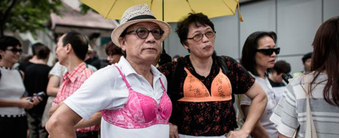 "La ""rivolta dei reggiseni"" esplode a Hong Kong: in centinaia in piazza"