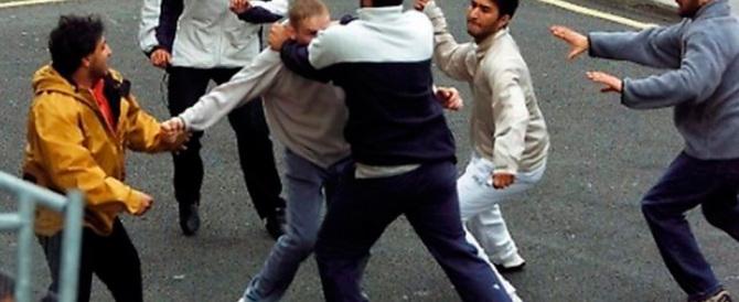 Londra, maxirissa all'uscita di scuola. Più di 100 studenti coinvolti (video)