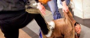 Lo rapinarono a bastonate: li rivede e li fa arrestare. Tre romeni in manette