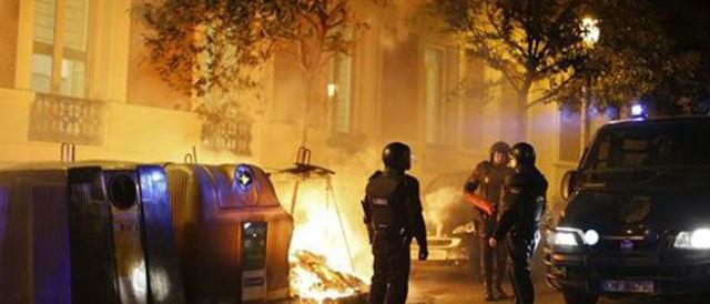 Spagna, clandestini scatenano la guerriglia per la morte di un immigrato
