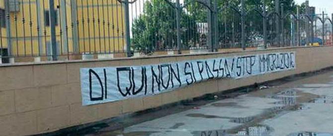 """""""Noi non abbiamo le case, le danno ai profughi"""": esplode la protesta"""