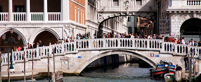 Niente più bici nella Venezia storica: il nuovo sindaco impone lo stop