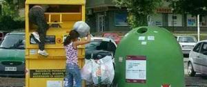 Le donne rom infilano i bambini a testa in giù nei cassonetti. E nessuno parla