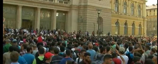 Ungheria invasa dagli immigrati: scontri alla stazione di Budapest