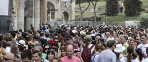 Sigilli al Colosseo per riunione sindacale. Sequestrati centinaia di turisti