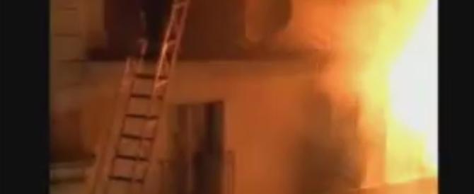 Parigi, violento incendio ai piedi di Montmartre. Due bambini tra gli 8 morti