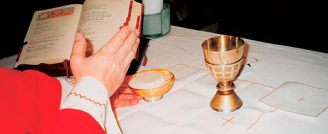 Parroco smentisce le malelingue durante la messa: «Non sono padre»