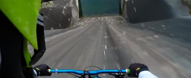In bici sulla parete della diga: il salto del ciclista stunt-man (video)