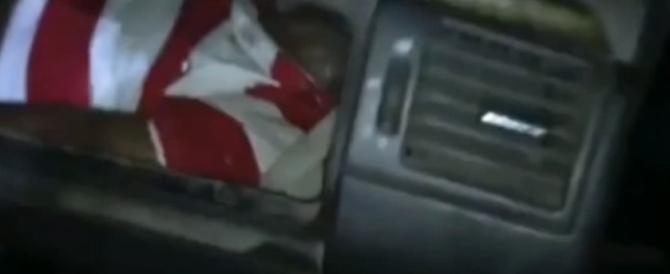 Migrante in fuga verso la Spagna nascosto nel cruscotto della Mercedes (Video)