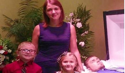 In posa con i figli accanto al marito morto di overdose: «Ecco cosa fa la droga»