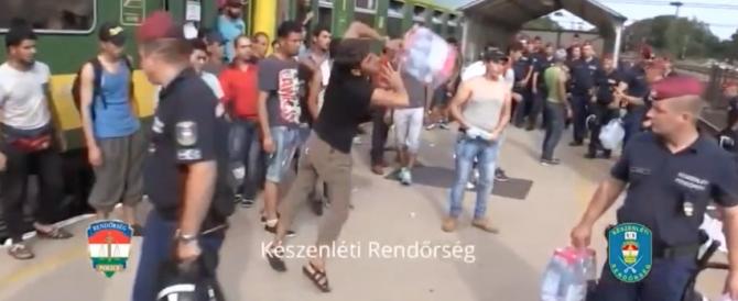 Migranti rifiutano l'assistenza della polizia ungherese (Video)