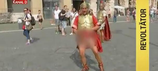 Finto centurione aggredisce troupe e si abbassa le mutande (video)
