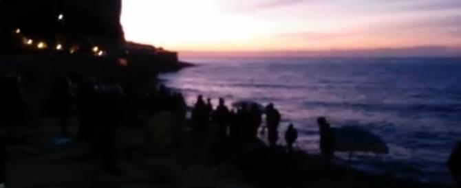 Lo sgombero dei migranti sugli scogli di Ventimiglia (video)