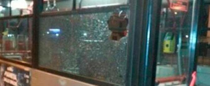 """Roma, aggredito l'autista di un bus. Aveva """"osato"""" dire: «Sposta l'auto»"""