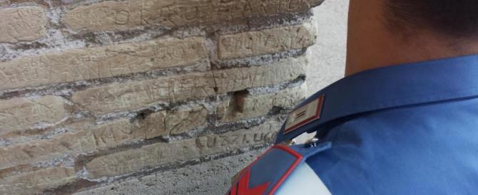 Denunciata una turista austriaca che ha inciso le iniziali sul Colosseo