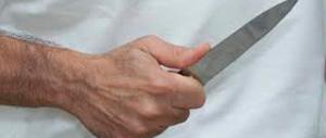 Roma: due stranieri gli mettono un coltello alla gola e lo prendono a calci