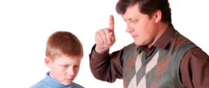 """Papà """"vecchio stampo"""": il figlio rompe un corrimano, lui glielo fa riparare"""