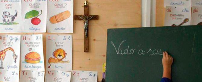 Un sindaco paga di tasca propria i crocifissi e li rimette nelle aule