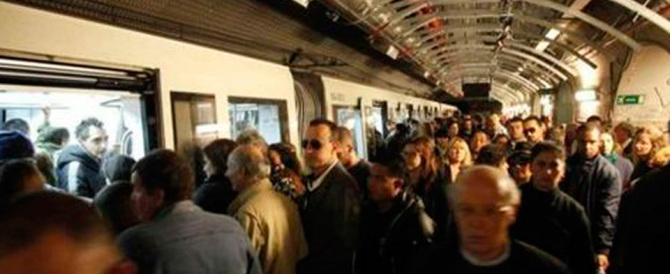 """Nuovo disastro alla metro A di Roma. L'ira dei passeggeri: """"Marino vattene"""""""