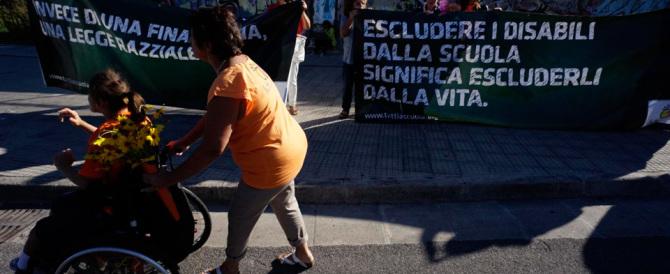 Mattarella a Napoli, i disabili protestano contro i tagli di Renzi