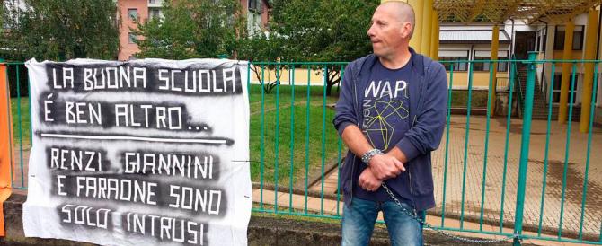 La scuola di Renzi? Papà s'incatena: «Mia figlia disabile non ha sostegno»