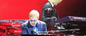 """Elton John si sente una """"divinità dei gay"""". E s'illude pure di «sfidare» Putin"""