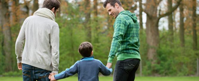 Gender, nuova aberrazione a Bologna: autocertificazione per i genitori gay