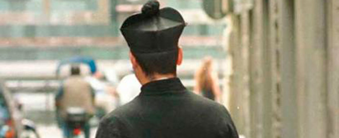 Roma, due rom si travestono da preti: «Volete entrare in Chiesa? Pagate»