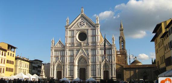 Accade a Firenze: fa i suoi bisogni per strada. E gli amici applaudono